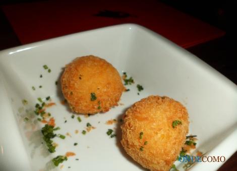 Arancines de açafrão com prosciutto di parma e queijo canastra