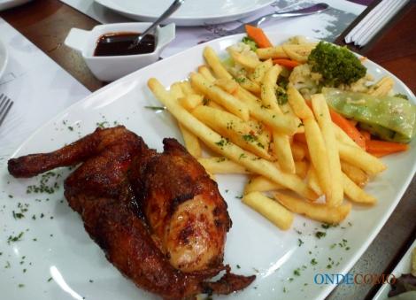 Galeto Yankee (Galeto servido com molho barbecue, batatas fritas e legumes na manteiga.)