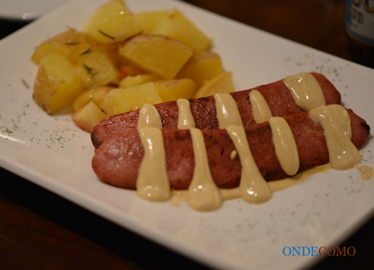 Salsicha pingüim grelhada ao curry, batata assada com maçã, alho e alecrim