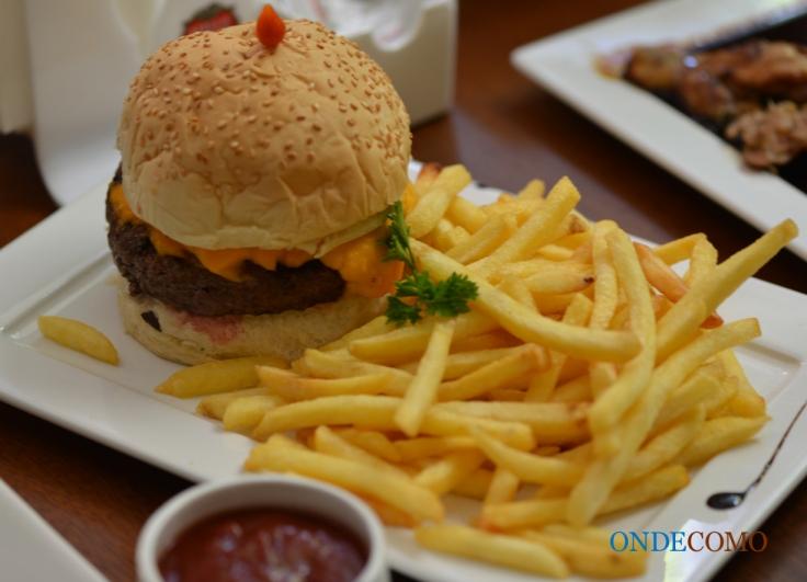 Cheddar burger (pão de hambúrguer com gergelim, carne bovina de 220g, queijo cheddar, cebolas ao shoyu e molho barbecue)