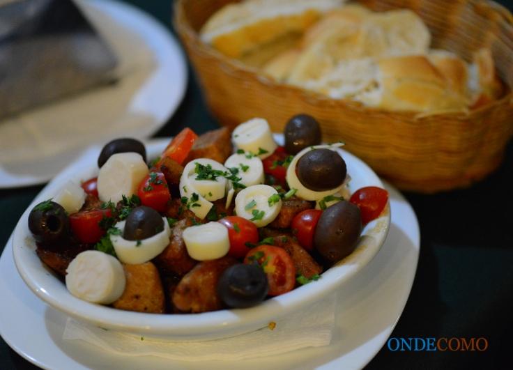 Cubinhos de lombo com azeitonas, cebola e tomate cereja