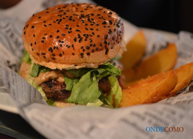 Hermeto (Pascoal) Burger de Picanha recheado com queijo Bel Paese, creme de cogumelo funghi e alface americana no pão com gergelim preto