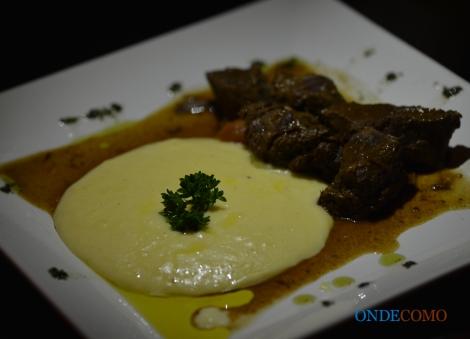 Carne de panela com purê de batatas trufado