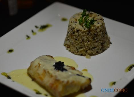 Dourado grelhado ao molho de champanhe e caviar com arroz sete grãos