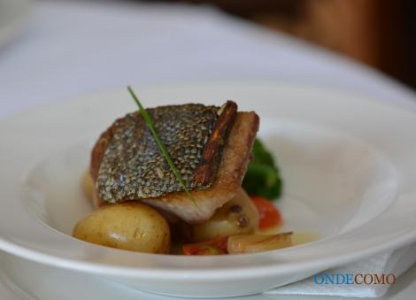 Filé de peixe grelhado com mini-legumes