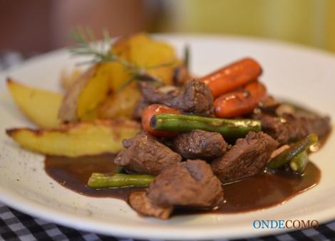 Picadinho borgonhês com batatas rústicas