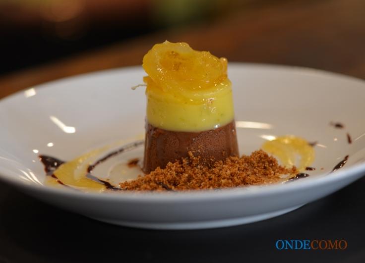 Tarte aux chocolat com compota de laranja-da-terra, crumble de mascavo e coulis de gengibre