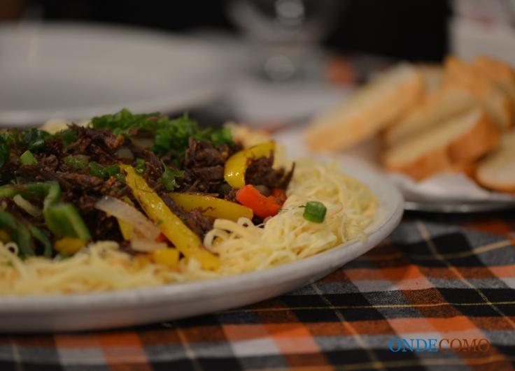 Carne de Sol Desfiada com Pimentão, Provolone e Torradas