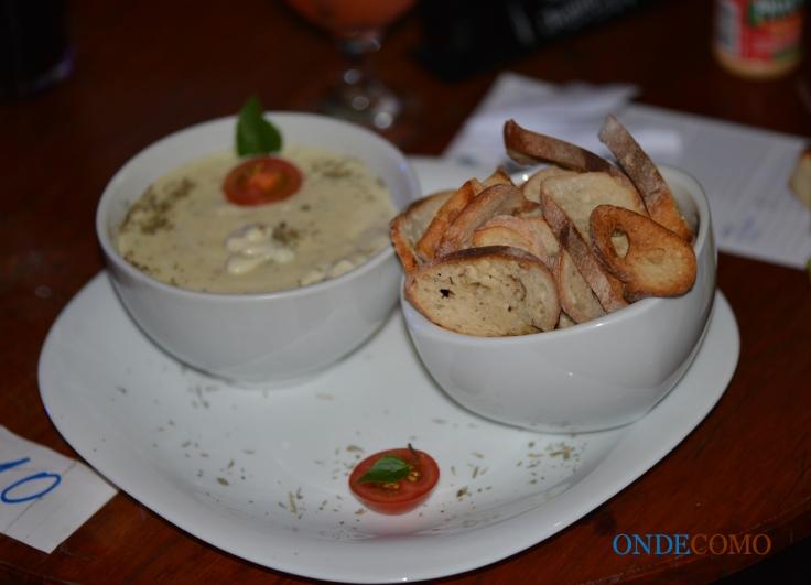 Iscas ao molho gorgonzola (acompanha torradas)