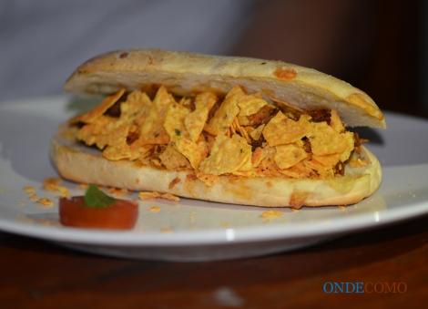 Mariacci (pão de parmesão com carne mexicana, vinagrete de cebola com molho apimentado e doritos)