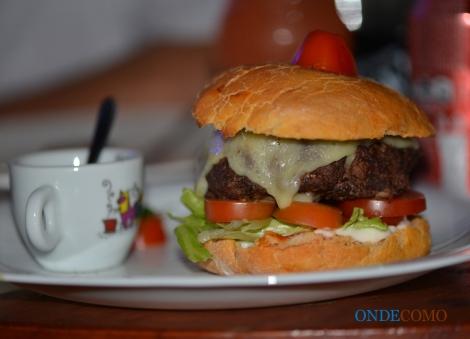 Tex-man (pão de hambúrguer, hambúrguer de Picanha, queijo duplo, bacon, alface e tomate) acompanha molho barbecue