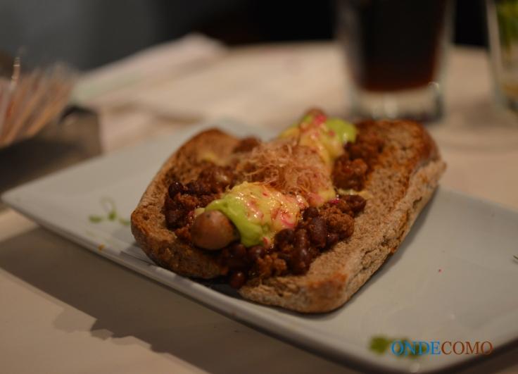 Chi lee dog (hot dog aberto com salsicha coreana da casa, queijo gouda gratinado, chilli de feijao com carne ao molho char siu, guacaioli e katsuobushi no pão australiano)