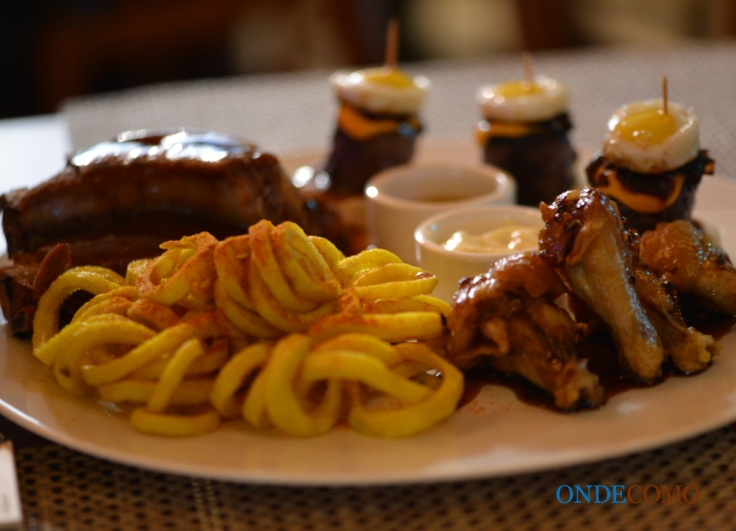 Eddie would eat (maui ribs, makaha wings, curly fries e menehune loco moco em um único prato)