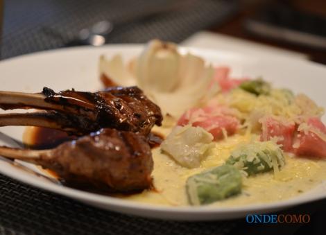 Gnoc cistino (massa de batata tricolor ao molho de creme gorgonzola acompanhado com carré de cordeiro ao molho de vinho)