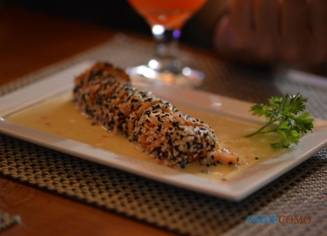 Salmon tataki (salmão selado em crosta de gergelim acompanhado de molho thai de abacaxi e coco)