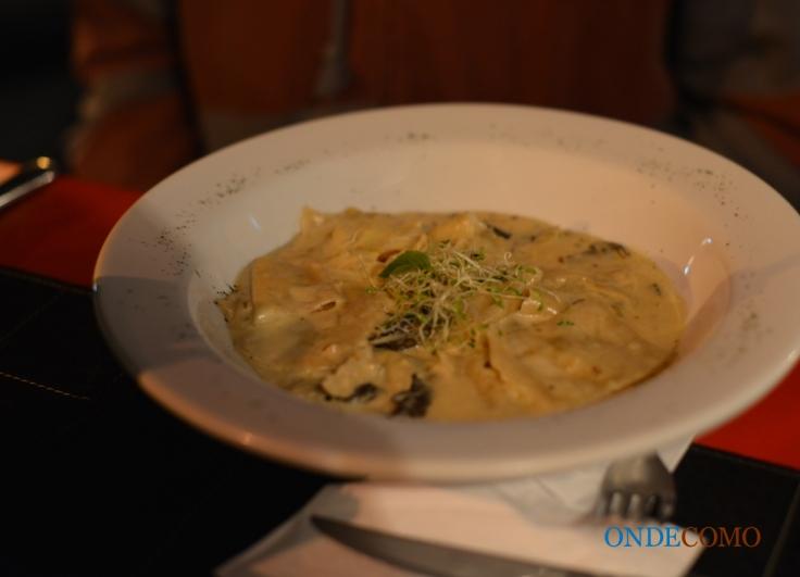Ravioli di porri e gruyere ai funghi porcini (ravioli alho poró e gruyere ao molho de cogumelos secos e bacon)