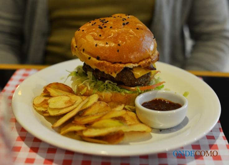 Aretha Franklin (pão de hambúrguer, burger artesanal, fatias extras de bacon, queijo cheddar, alface e tomate)