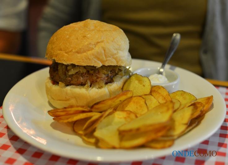 Clara Nunes (pão de hambúrguer sal, burguer artesanal de linguiça, com molho de pimenta, bastante cebola frita na manteiga)