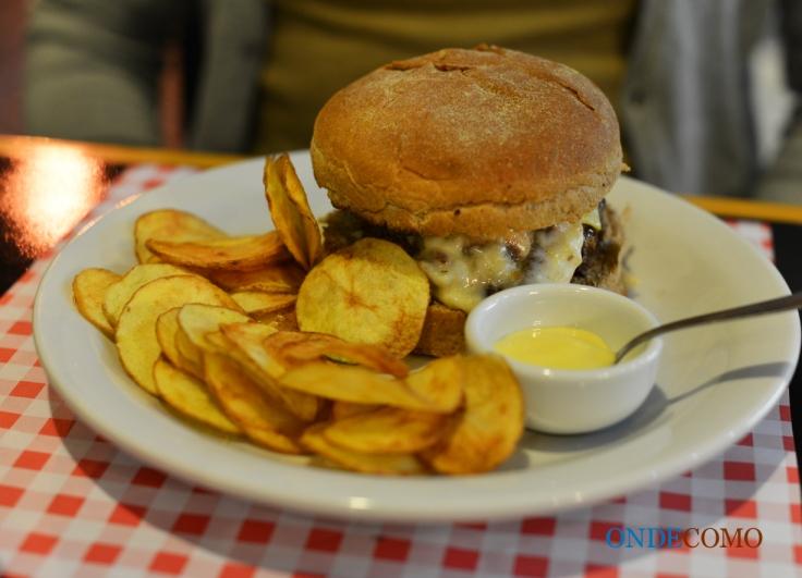 Edith Piaf (pão australiano, burger artesanal, cogumelos paris cremoso, alho, queijo suiço e um toque de limão siciliano)