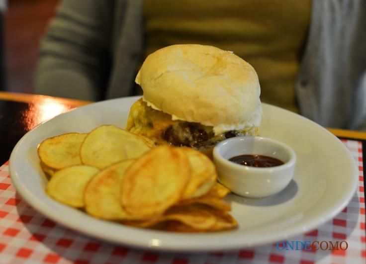 Joan Baez (pão de hambúrguer sal, burger artesanal, queijo canastra com raspas e ovo caipira)