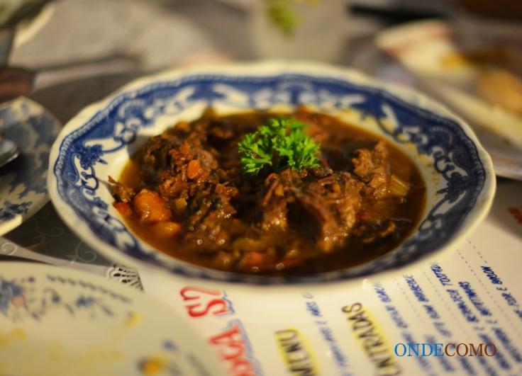 Carne de panela com polenta ao forno recheada de gorgonzola