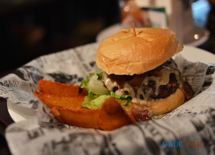 Coltrane (John) (burger de costela, maça caramelizada no vinho tinto, creme de gorgonzola, alface americana e pão francês redondo)