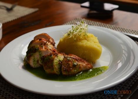 Peito de Frango Recheado de Ricota e Tomate Seco ao Pesto de Rúcula com Purê de Batata Tartufado