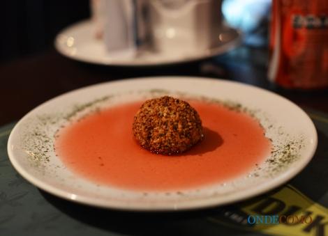 Trufa de chocolate frita com coulis de morango