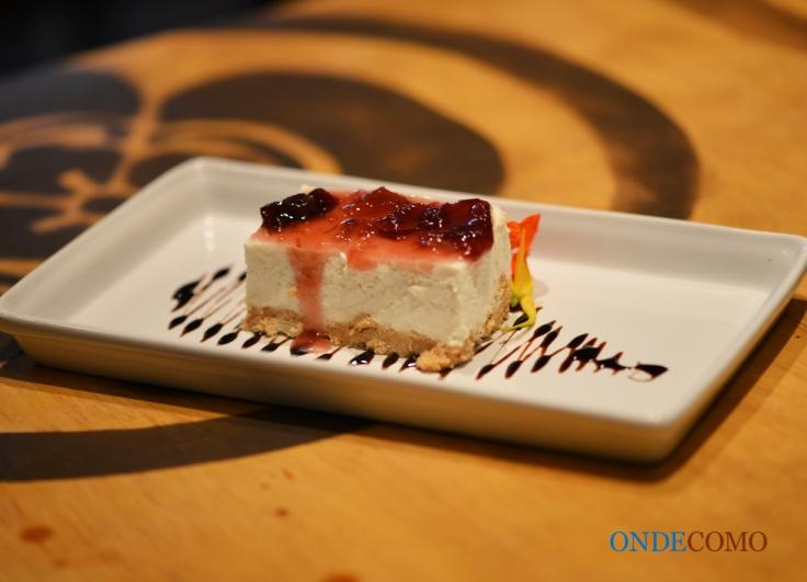 Cheesecake de tofu (cake preparado com tofu, queijo, rum, limão, coberto de geleia de pétalas de rosas)