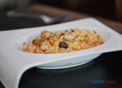 Risoto de bacalhau com tomatinho, azeitona preta e manjericão