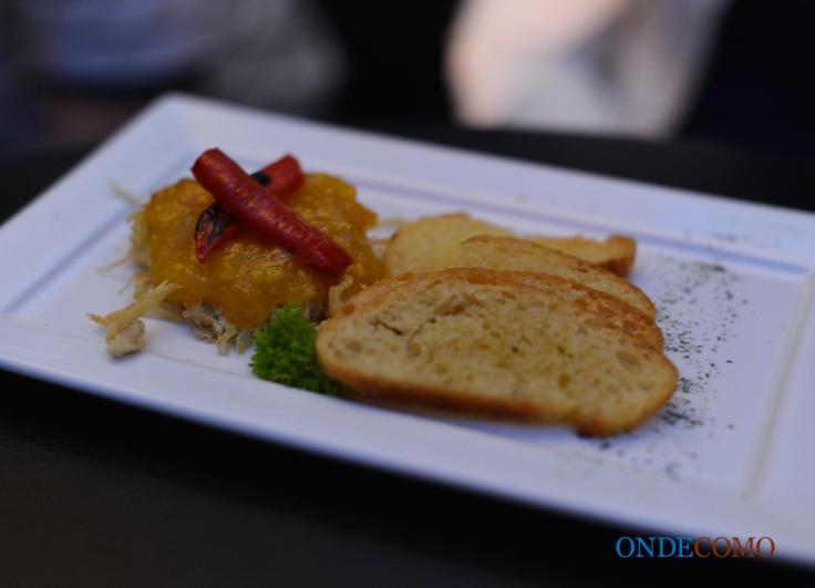 Tapa indiana (torradas com manga, frango picante e chutney)