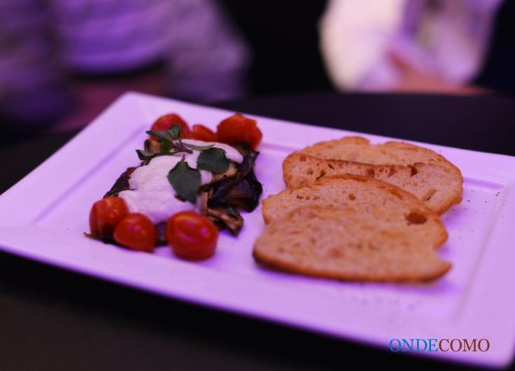 Tapa italiana (torradas com abobrinha, berinjela, muçarela de búfala e tomate)