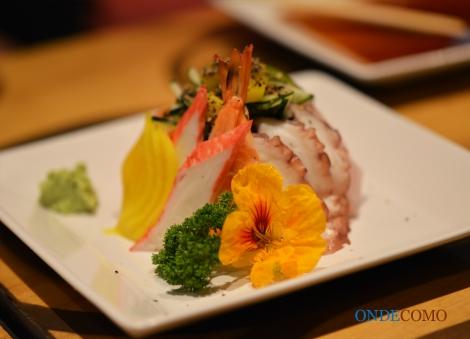Tirashizushi de frutos do mar (Arroz de sushi, diversos frutos do mar enfeitado com capuchinha)