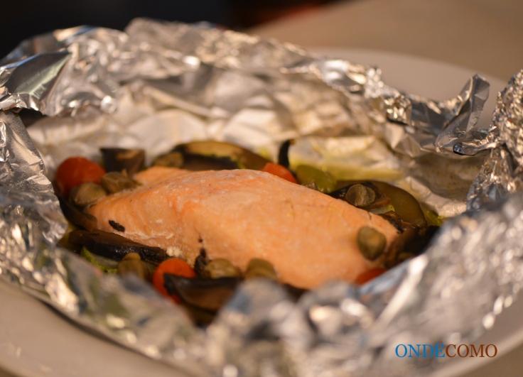 Cartoccio de salmão (abobrinha, berinjela, tomate italiano, champignon, alcaparras, azeitona preta, ervas e vinho branco, assado em envelope de alumínio)