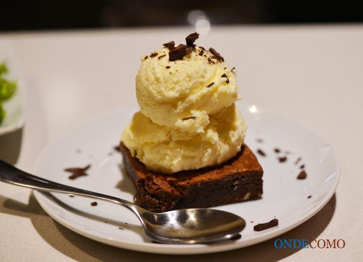 Double brownie de chocolate com sorvete (uma tentação de brownie com castanhas e pedaços de chocolate derretendo)
