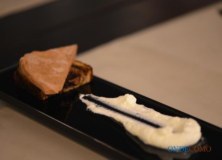 Parfait de chocolate meio amargo com pão de chocolate e creme de baunilha