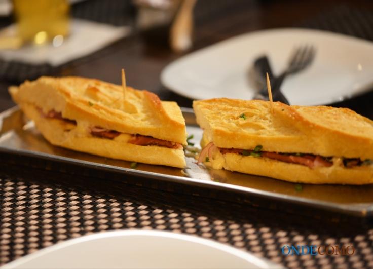 Sanduíche de mortadela tostada com queijo canastra