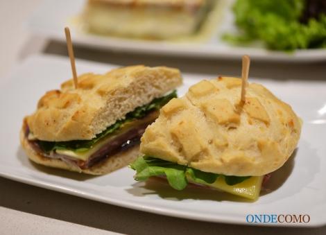 Sanduíche italiano (presunto de parma, lascas de queijo parmesão, geleia e rúcula)