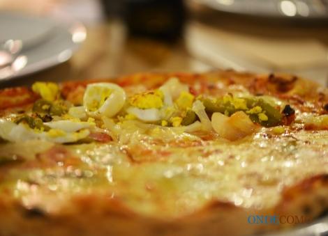 La Portoghese (molho de tomate, mozzarela especial, pimentão, azeitona preta azapa, presunto cozido, ovo cozido e orégano)