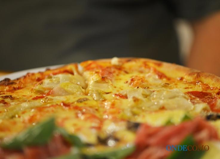 La trevisana (molho de tomate, mozzarela especial, linguiça picante, radicchio de Treviso, gorgonzola e manjericão)