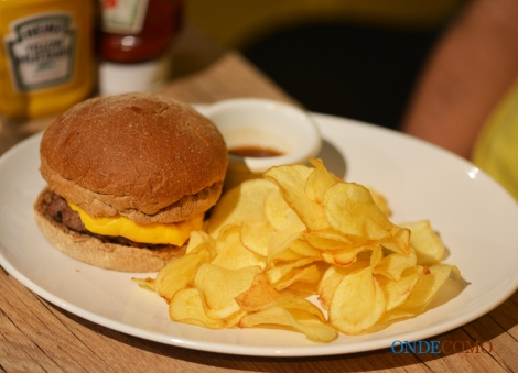 New Zealand (pão australiano, cheddar, hambúrguer misto de boi e bacon no shoyu, cebola caramelizada, ovo frito, cebola roxa, tomate)