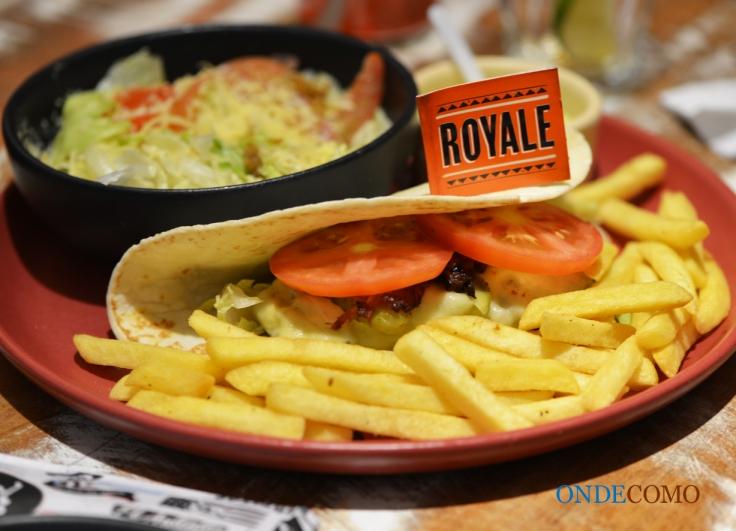 Royale (hambúrguer com queijo derretido, bacon, alface, tomate e picles no flat bread. Acompanha maionese)