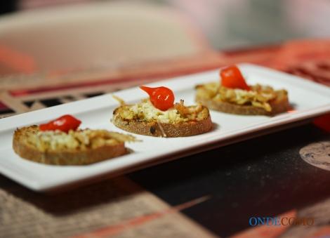 Brusqueta de lombo, rapadura com limão, queijo gratinado e pimenta biquinho