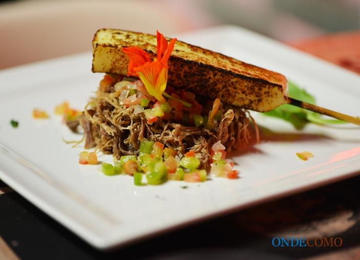 Carne seca desfiada, queijo coalho e vinagrete de feijão de corda