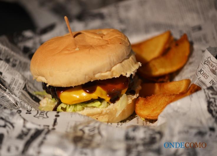 Charlie (Bird) (hambúrguer de frango com bacon e curtido na cachaça, molho barbecue de mostarda, queijo cheddar e alface americana)