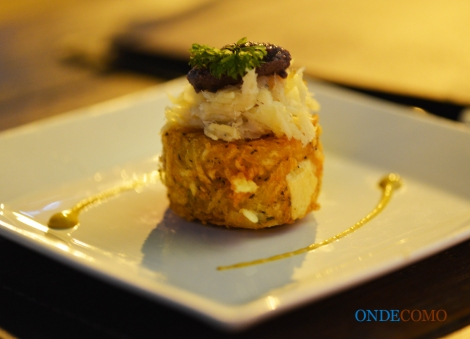 Confit de bacalhau com galette de batata crocante e tapenade de olivas