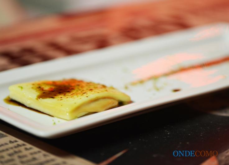 Doce de leite com queijo Minas, calda defumada e raspas de limão