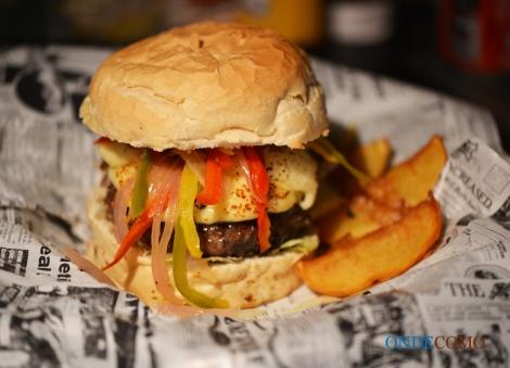 Donato (João) (hambúrguer de carne seca com creme de mandioca, requeijão, cebola roxa, tiras de pimentões e pimenta dedo de moça)