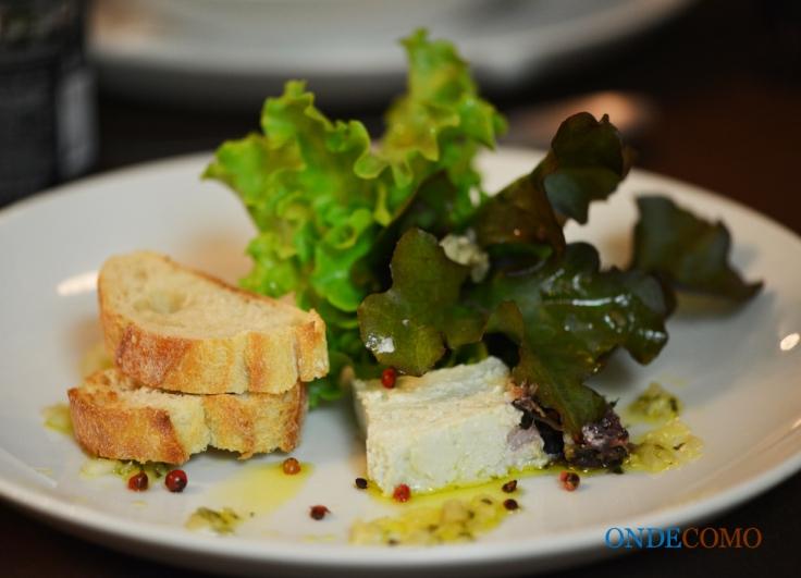 Terrine de queijo e ervas com vinagrete de pimenta rosa