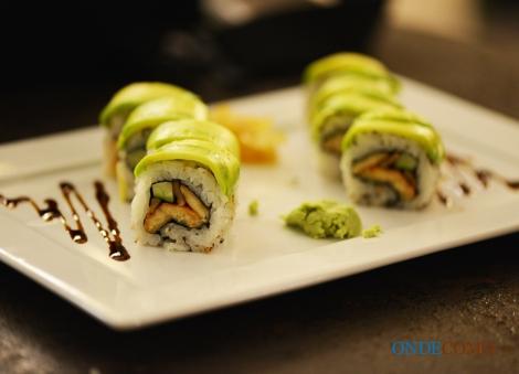 Caviar de tapioca no sashimi de atum - tapioca cozida e temperada com molho ponzu e sashimi de atum semigrelhado